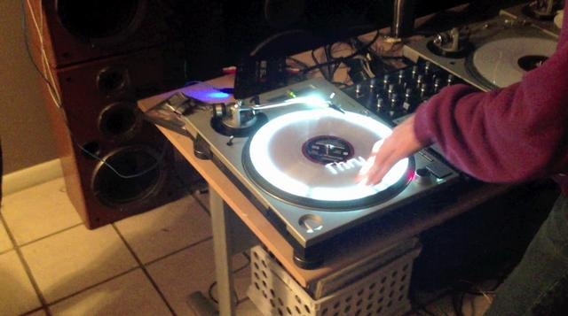 Click here to read These Turntables Double as an Interactive Display
