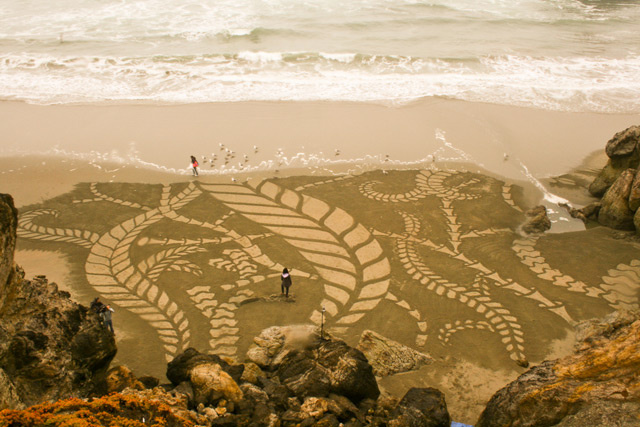 Artist Treats San Francisco Beach Like an Enormous Etch-A-Sketch