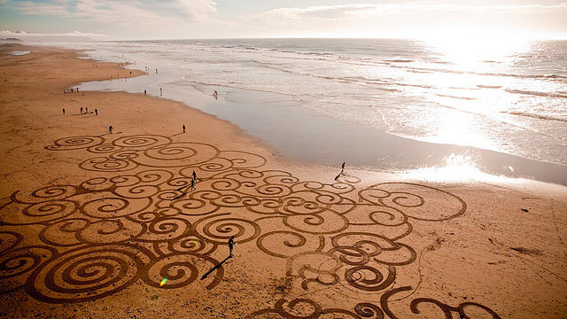 Click here to read Artist Treats San Francisco Beach Like an Enormous Etch-A-Sketch