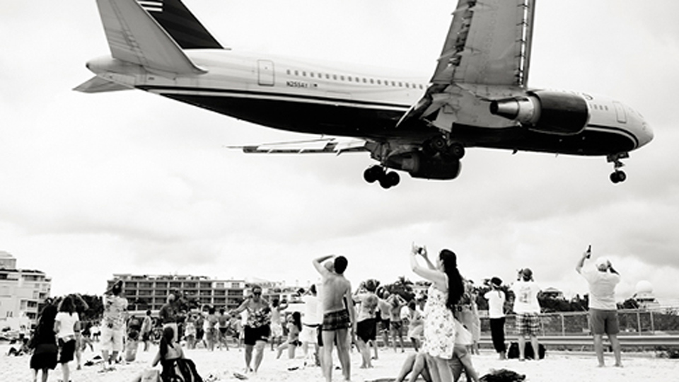 Click here to read Planes Flying Over Bystanders' Head Make for Wonderful Vintage Photos