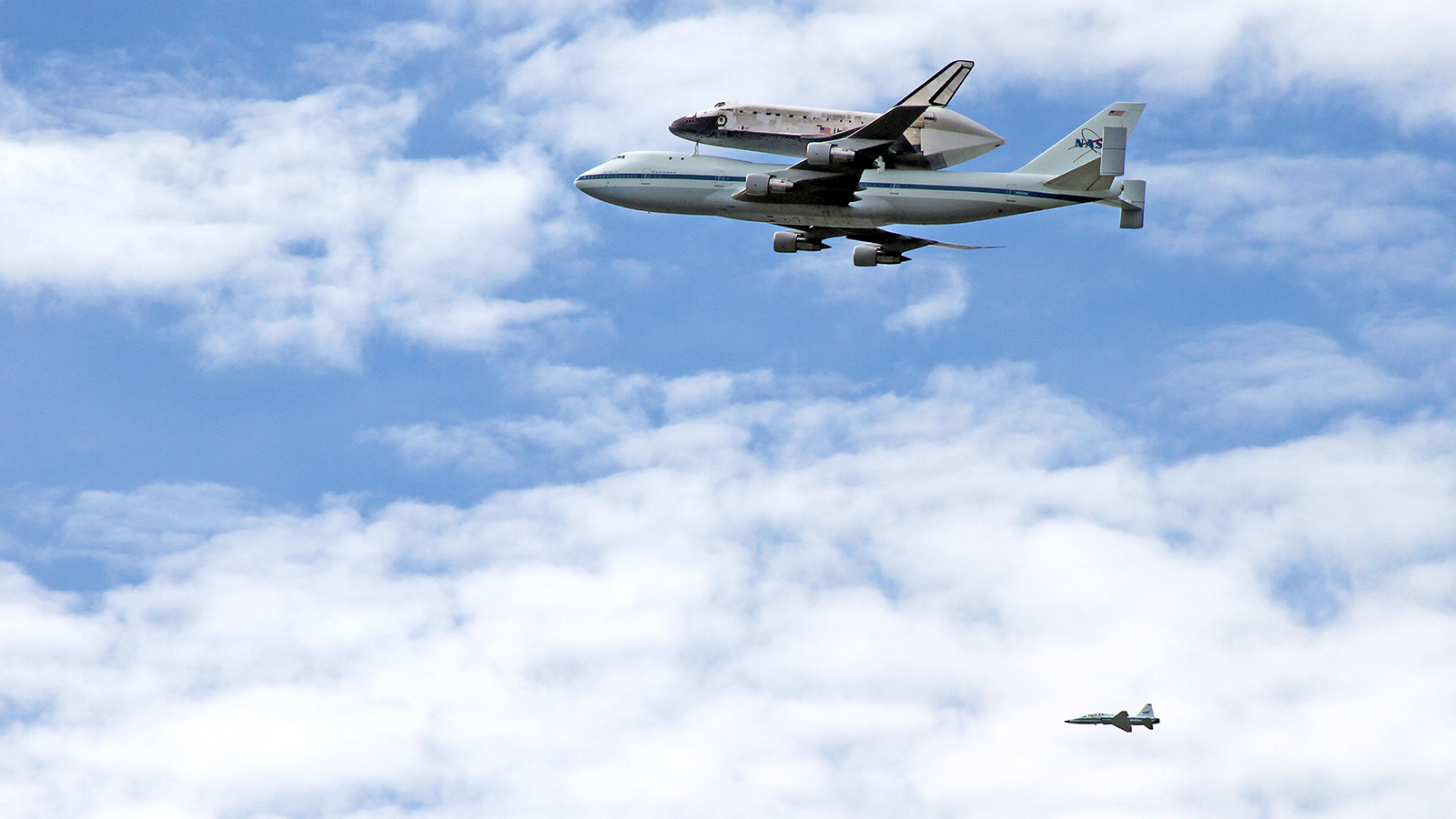 Click here to read The Best Shot of the Space Shuttle's Amazing Goodbye Flight You'll See Today