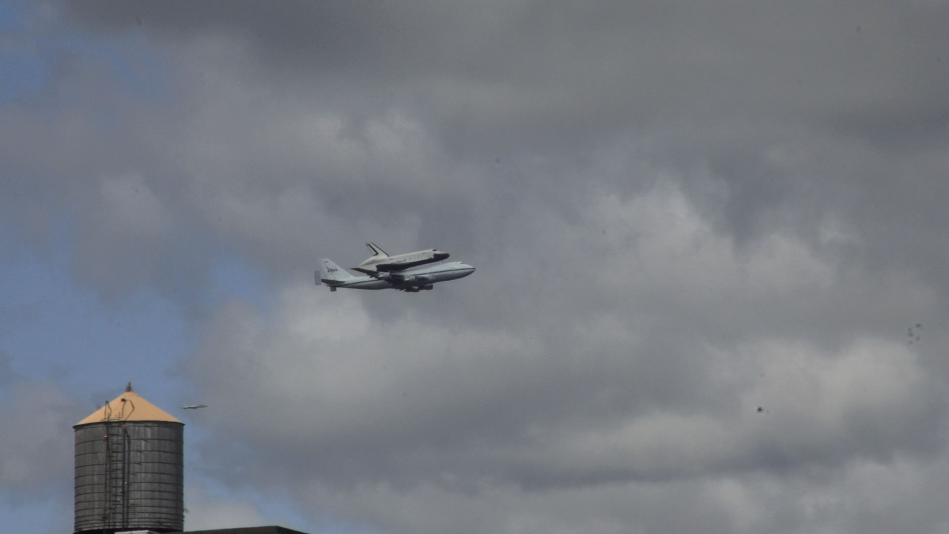 Click here to read The Space Shuttle Looks Awesome Flying Across New York's Skyline