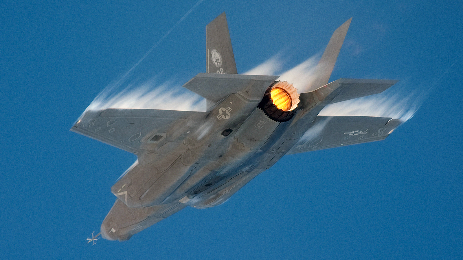 Click here to read This F-35 On Afterburner Is Your Airporn Porn of the Day and My New Desktop Background