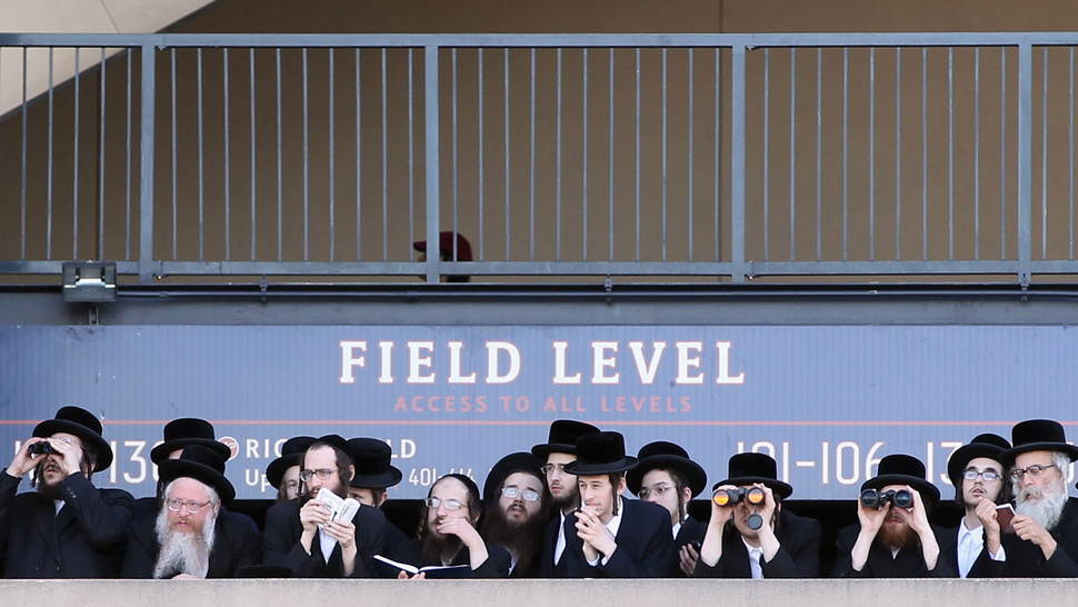 40,000 Orthodox Jews Protest the Internet at NYC Baseball Stadium