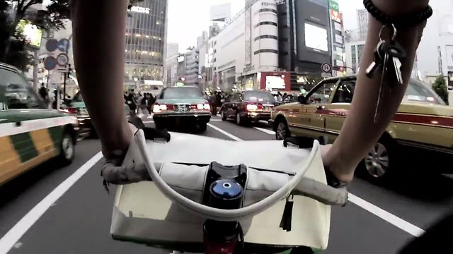 Click here to read Bicycle Handlebar Bag Mutates Into Carry-All Purse
