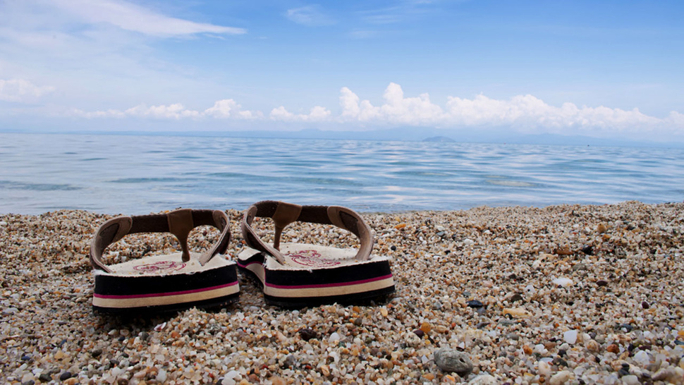 Place Your Flip Flops Face Down When Outside to Avoid Burning Your Feet When You Put Them Back On