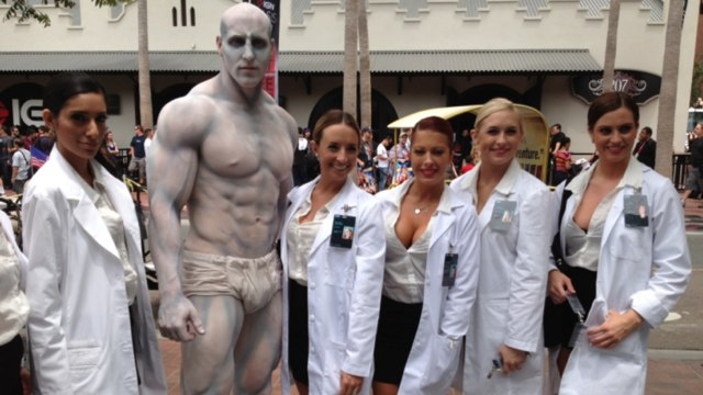 Prometheus cosplay! Behold the Engineer's milky white abs in the flesh!