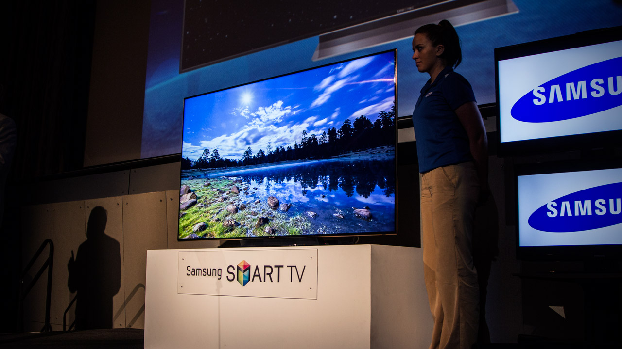 Samsung 39 s 75 inch hdtv is a beautiful beast gizmodo for Living room with 65 inch tv