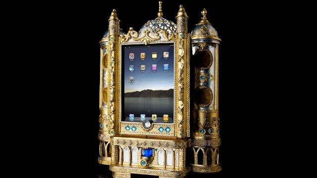 Click here to read This Absurdly Ornate iPad Dock Is Fit For a Czar