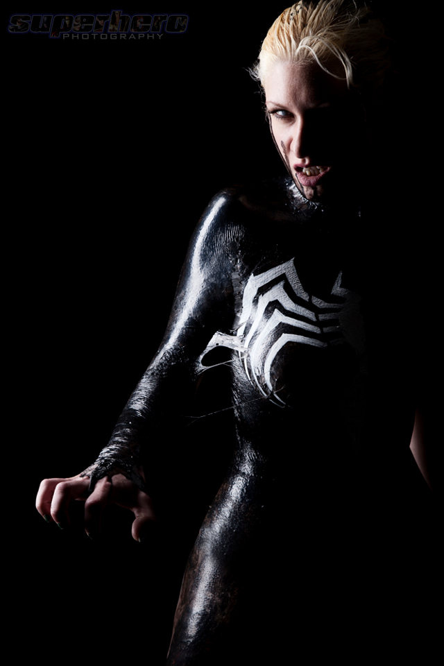 Sexy Venom cosplay makes good use of liquid latex