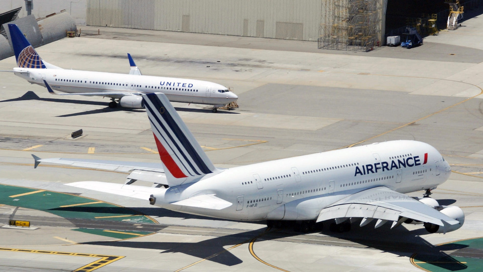 This Photo Really Shows How Impossibly Huge the Airbus A380 Is