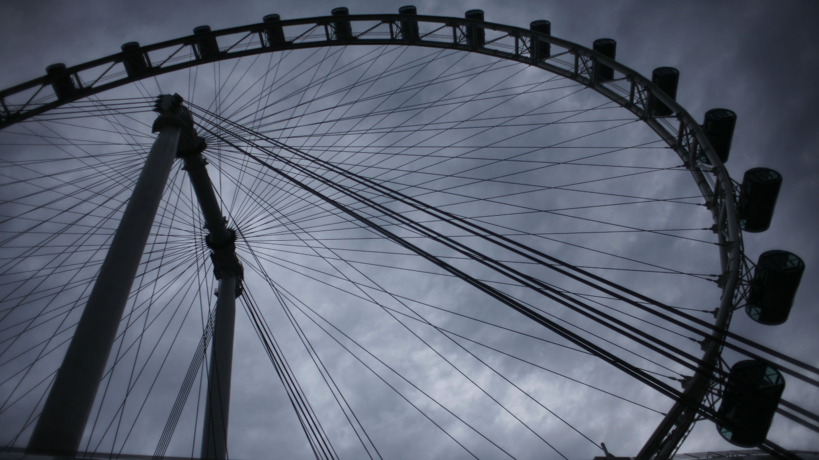Click here to read The World's Tallest Ferris Wheel Towers Over Singapore Like the Eye of Sauron