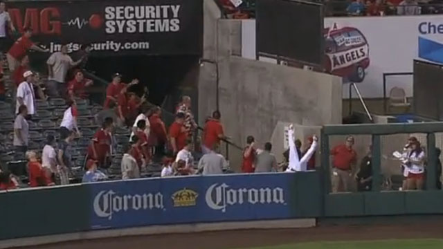 Vernon Wells' Full-Speed Header Over The Outfield Wall Was Quite Impressive