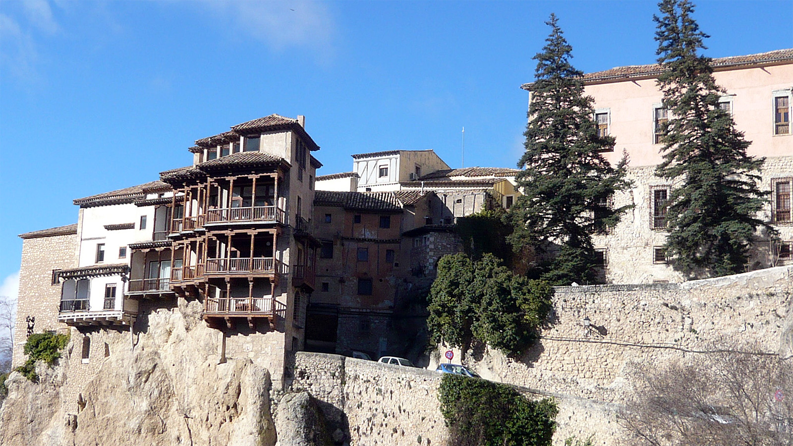 Amazing cliff houses literally living on the edge for Cliff hanging homes