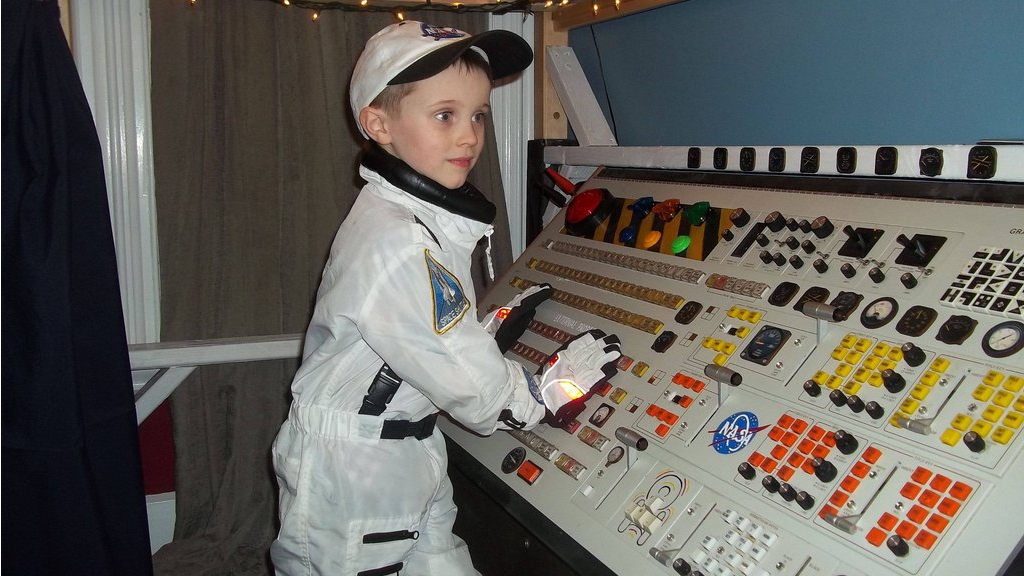 This Lucky Kid Has The Coolest Spaceship Bed Ever
