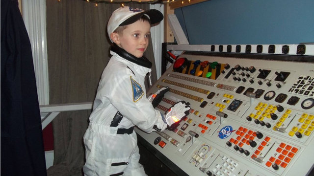 Click here to read This Lucky Kid Has The Coolest Spaceship Bed Ever