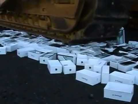 Click here to read It Hurts To See These 127 iPhones Crushed By a Bulldozer, Even Though They're Fakes
