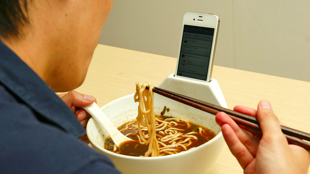 Click here to read Dining Alone on Ramen Is a Little Less Depressing With a Smartphone Dock Bowl