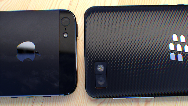 Tampak Belakang iPhone 5 Vs Blackberry 10