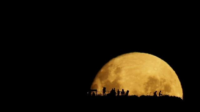 Click here to read Watching the Moonrise Might Be Better Than Seeing Any Sunrise