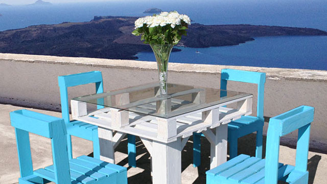 Make beautiful outdoor dining furniture out of wooden pallets for Patio furniture made out of wood pallets