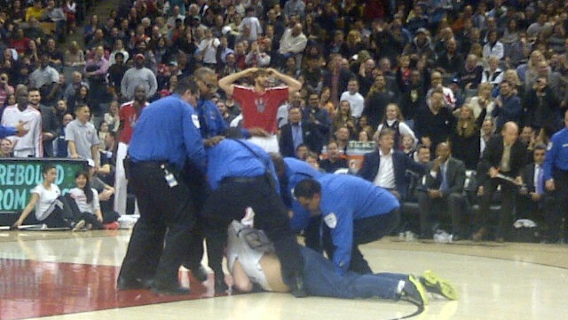 Guy Who Ran Onto The Court During A Toronto Raptors Game Wearin…