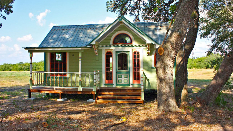 13 adorably teeny tiny houses geekthenews for Small home builders texas