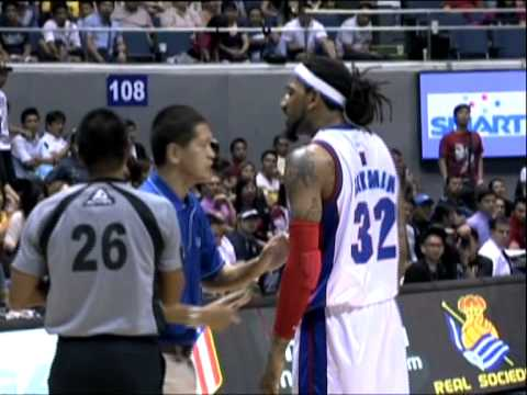Ex-Knick/Nugget Renaldo Balkman grabs teammate's neck during ga…