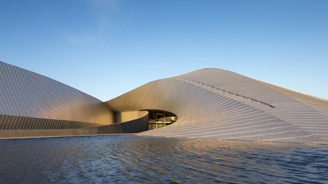 Click here to read Of Course This Stunning Building Is an Aquarium