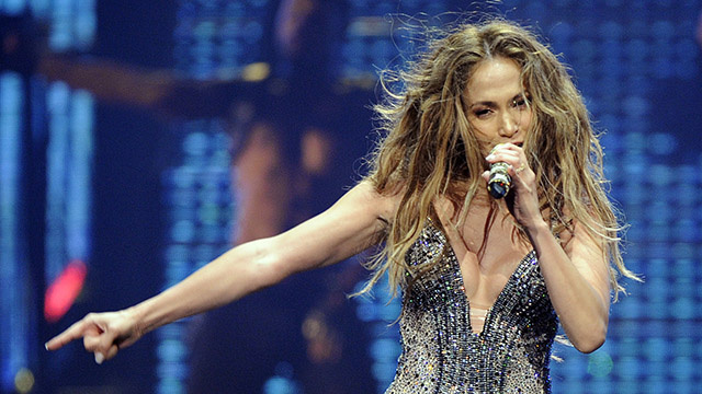 Jennifer Lopez Breaks Down In Tears On Stage