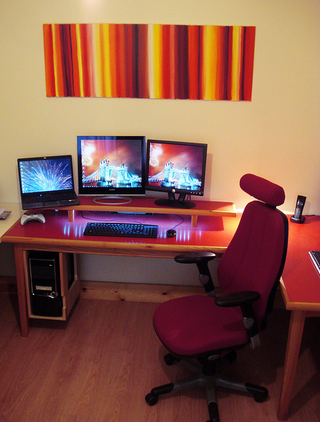 Three Monitors and Fireworks: A Cable-Free Workspace