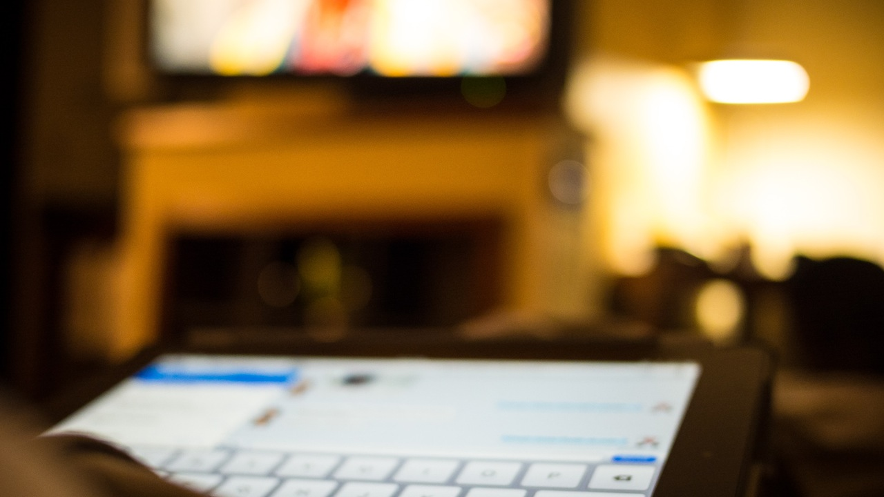 Do You Use Your Phone Or Tablet While Watching TV?   Lifehacker ...