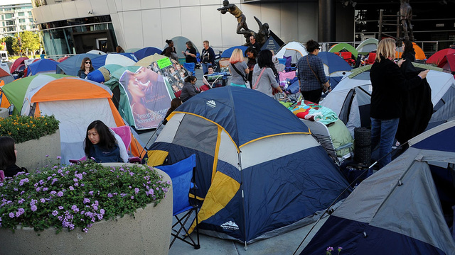 Here Are the Crazies Waiting in the Rain for the Latest Twilight Premiere