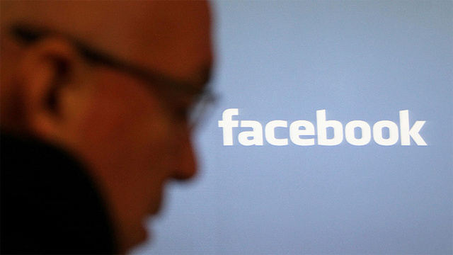 Early Facebook Investors Want Out