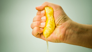 Neutralize Smelly Kitchen Hands with Lemon Juice