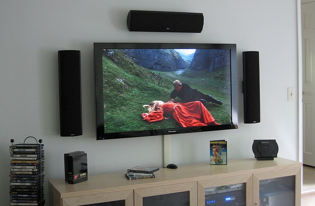 How to build your first home theatre system lifehacker for Living room with 65 inch tv