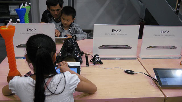 Real Chinese Customers Very Pissed at Fake Chinese Apple Store