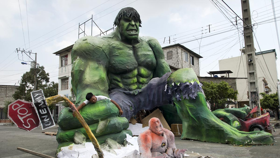 In Ecuador, insane giant sculptures of The Hulk and Hellboy invade on New Year's Eve