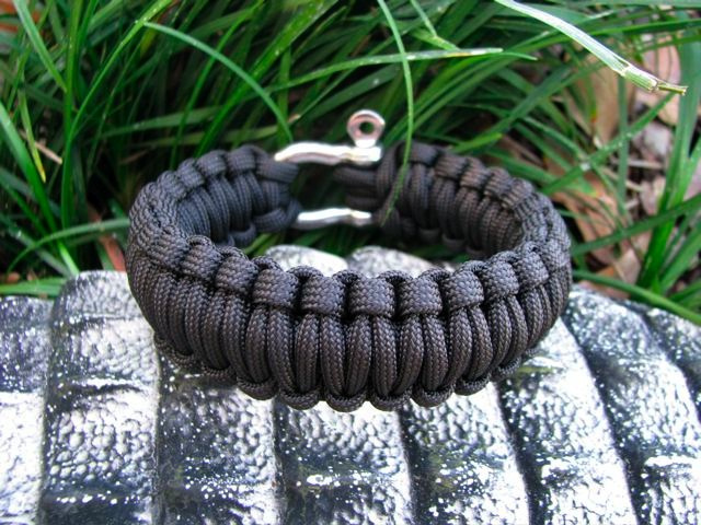 Survival Bracelet Made of Paracord For Emergency Rappeling Anytime, Anywhere
