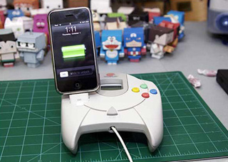 A Dreamcast Controller Is a Weird Place To Put an iPhone Dock