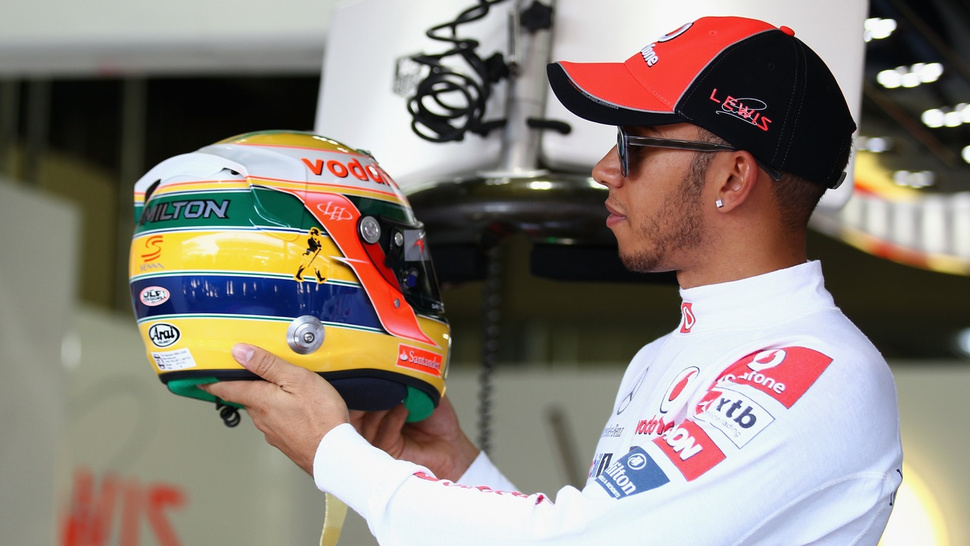Lewis Hamilton goes to Brazil in a Senna helmet