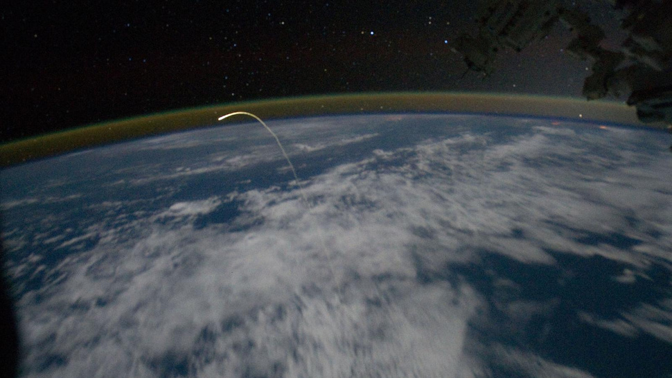 Spectacular photo of Shuttle's return taken from Space Station