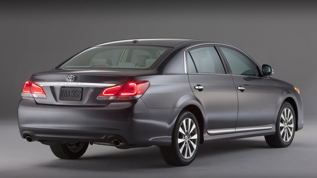 Pics Aplenty: 2011 Toyota Avalon gets taken pictures of