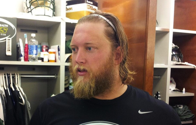 Jets center Nick Mangold wore a fútbol-style headband today in…