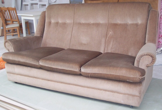 This Couch Turns Into a Snooker Table