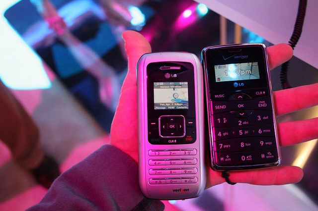 LG enV2 Hands On and Sizemodo With Its Fattie Older Brother