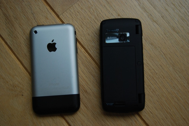 Sizemodo: LG Voyager vs Apple iPhone