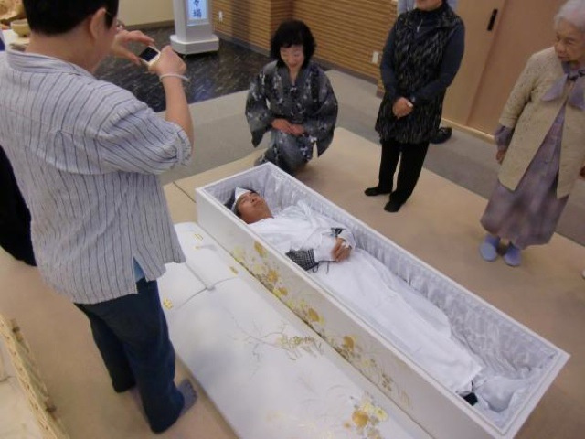 In Japan, Living People Are Lying in Coffins