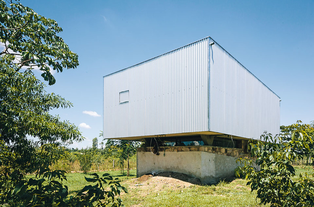 A House With a Roof That Retracts, Thanks to a Hand-Operated Winch