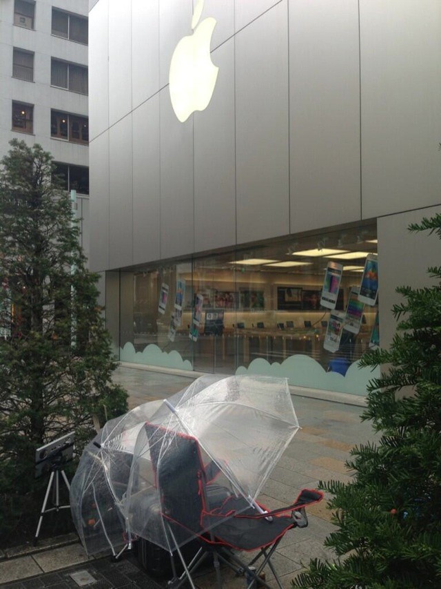 Tokyo Man Already Lined Up for the iPhone 5S